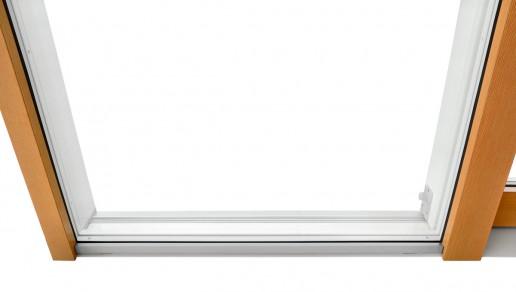 Vista esterna di fermavetri incassati e a filo telaio, con profilo reggivetro in alluminio ossidato argento, della tipologia alzante scorrevole 1 anta apribile e laterale fisso fermavetro.